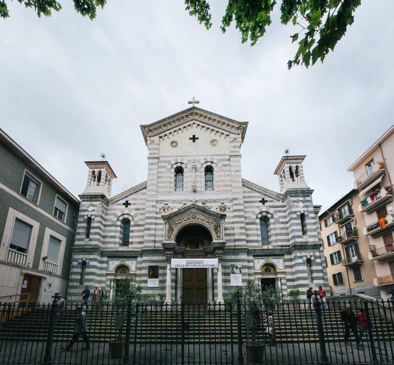 LA SPEZIA, ITALIEN - 19. JUNI 2016: Leute, die vor lokaler Kirche unserer Dame des Schnees gehen (della Chiesa di Nostra Signora stockfotografie