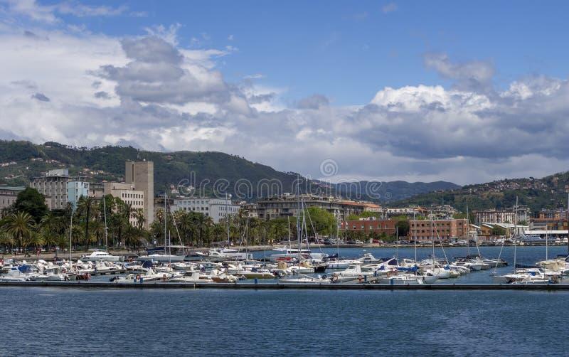 LA SPEZIA, ITALIEN - MAJ 15, 2019: LaSpezia stad, sjösida med palmträd och marina som ser invitera i solskenet arkivfoton