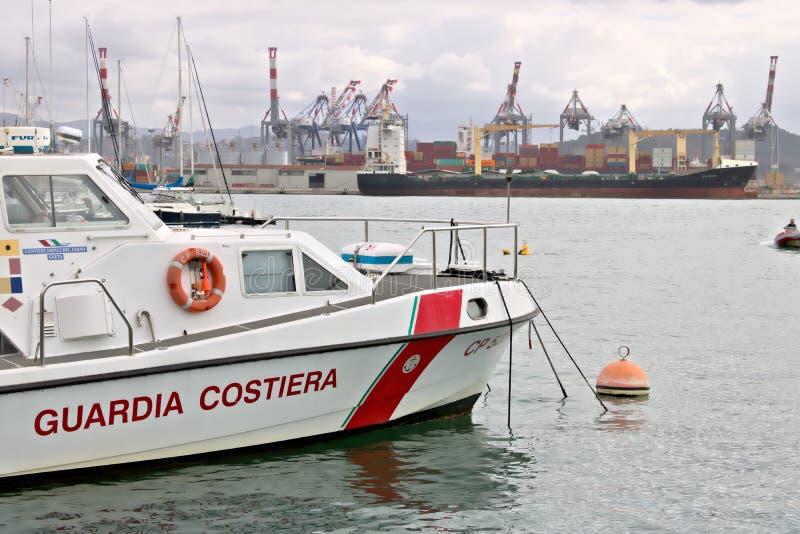 La Spezia, Liguria, Italy 03/17/2019 Porto mercante do La Spezia em Liguria No primeiro plano um barco de guarda costeira fotografia de stock