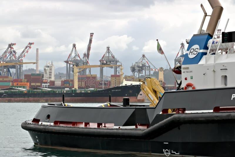 La Spezia, Liguria, Italy 03/17/2019 Porto mercante do La Spezia em Liguria No primeiro plano um barco de guarda costeira imagem de stock royalty free