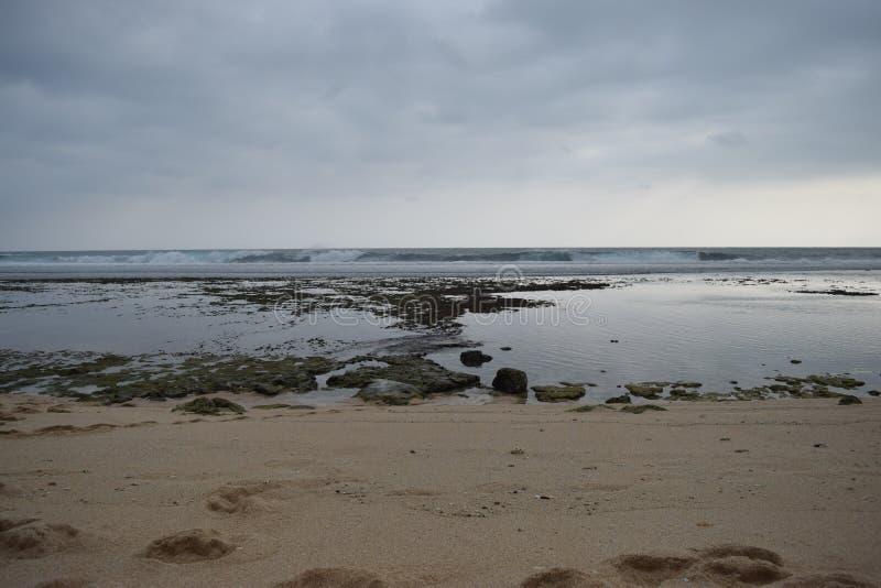 La spiaggia è a bassa marea fotografie stock