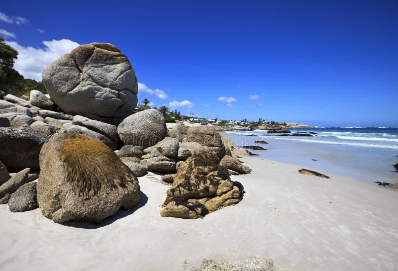 La spiaggia con molti massi fotografia stock