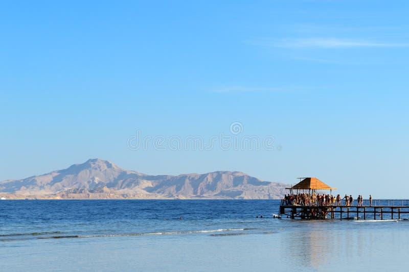 La spiaggia con una vista sull'isola di Tiran fotografia stock