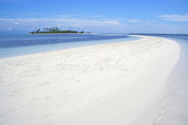 La spiaggia curva forma della luna dell'isola di Pontod è la destinazione turistica situata vicino all'isola di Panglao, Bohol, l fotografia stock libera da diritti