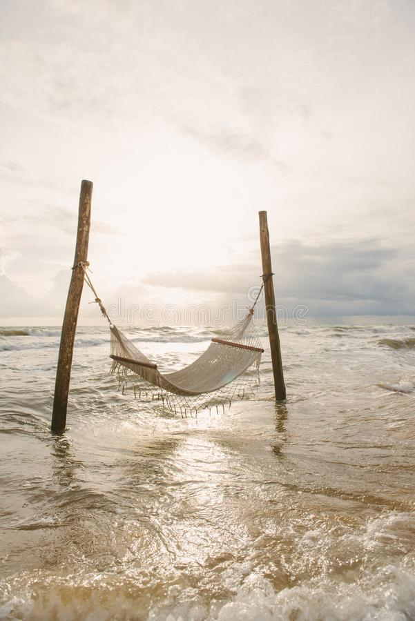 La spiaggia dell'oceano si rilassa, viaggio all'aperto Vista del mare dalla spiaggia tropicale fotografie stock