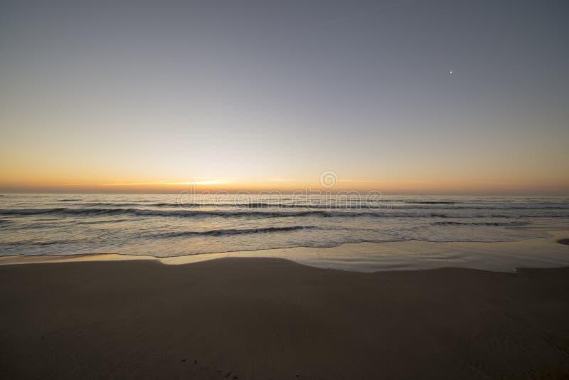La spiaggia di Barcellona alla bella alba fotografia stock