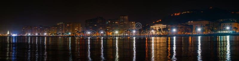 La spiaggia di Malagueta alla notte a Malaga, Spagna immagini stock libere da diritti