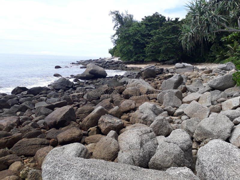 La spiaggia, la spiaggia di pietra, pietre sulle spiagge, la spiaggia con le grandi pietre fotografia stock