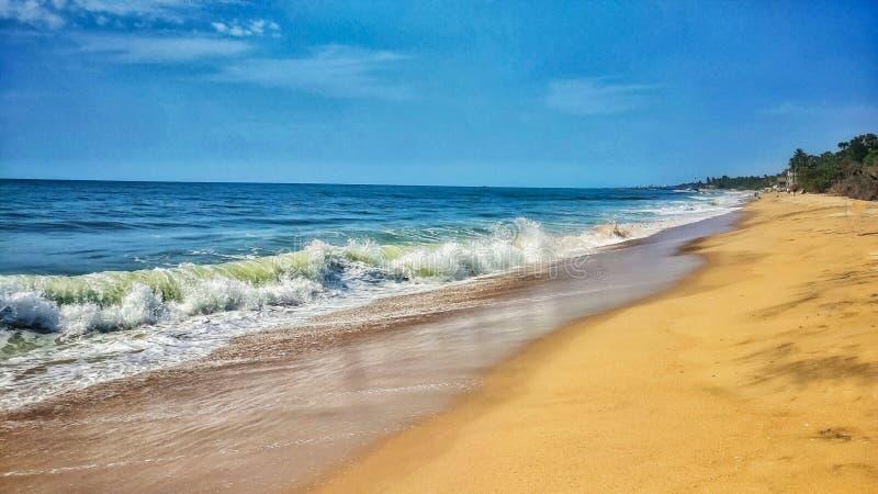 La spiaggia di Pondicherry Auroville, la sabbia e le onde del mare parteggiano fotografie stock libere da diritti