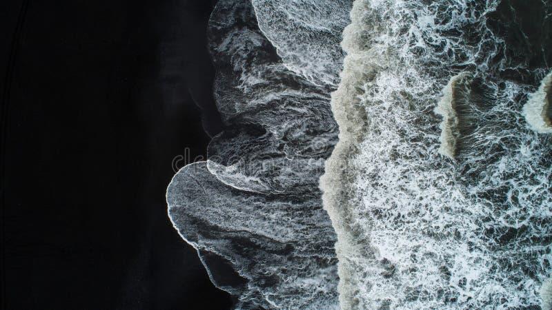 La spiaggia di sabbia nera in Islanda Vista aerea del mare e vista superiore a fotografie stock libere da diritti