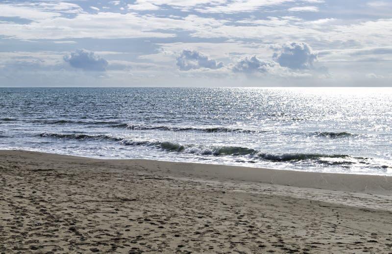 La spiaggia e il mare in autunno: Forte dei marmi, Versilia, Italia immagini stock libere da diritti