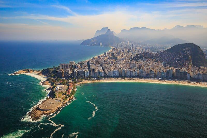 La spiaggia e Ipanema di Copacabana tirano in Rio de Janeiro, Brasile immagini stock