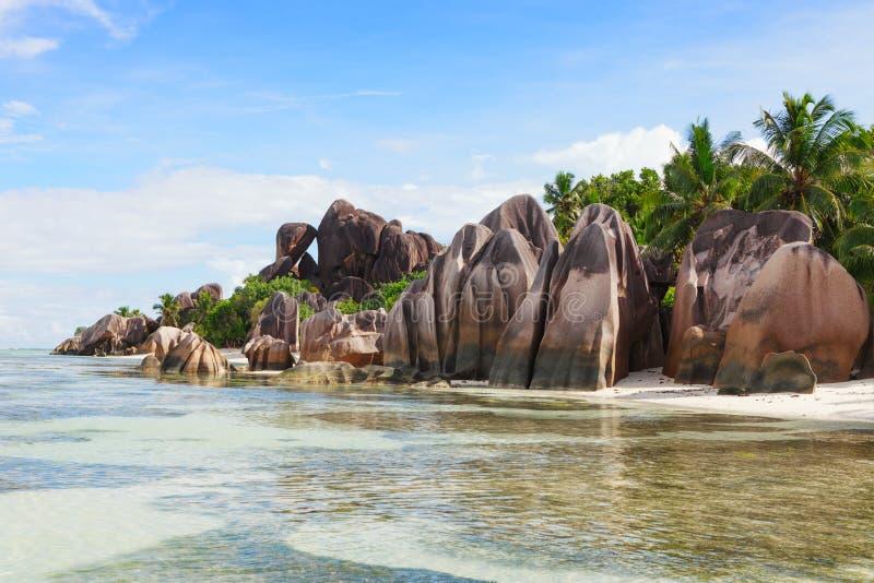 La spiaggia e le rocce incassanti all'argento del ` di fonte d di Anse, La Digue, Seychelles fotografia stock libera da diritti