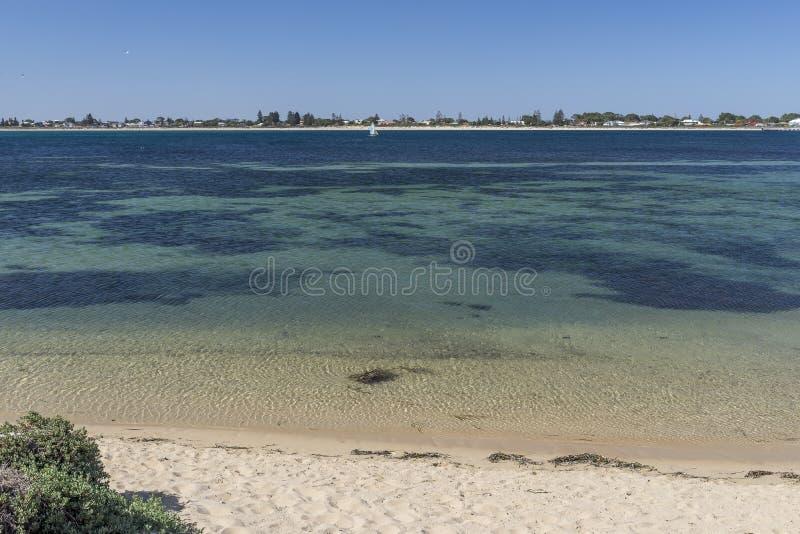 La spiaggia ed il bello mare dell'isola del pinguino con la costa di Rockingham, Australia occidentale nei precedenti fotografie stock