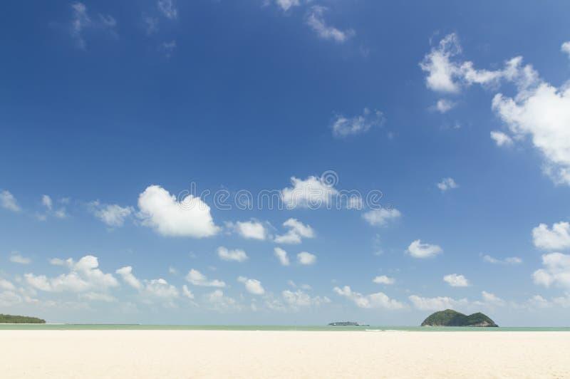 La spiaggia ed il cielo di blu in Tailandia immagine stock