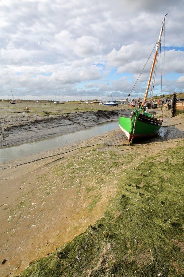 La spiaggia fangosa a bassa marea con i pescherecci attraccati lungo l'estuario di Tamigi, Leigh sul mare fotografie stock