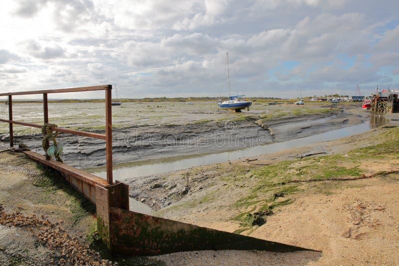 La spiaggia fangosa a bassa marea con i pescherecci attraccati lungo l'estuario di Tamigi, Leigh sul mare fotografia stock
