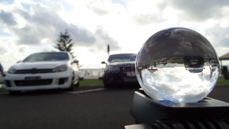 La spiaggia ha riflesso nell'alba bianca dell'automobile della sfera di cristallo immagini stock libere da diritti