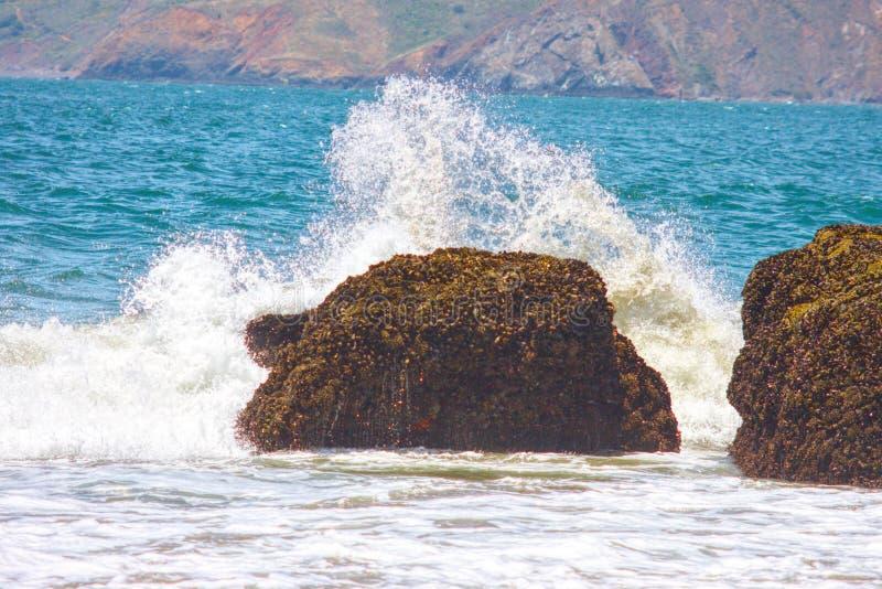 La spiaggia ha schiaffeggiato da un'onda fotografie stock