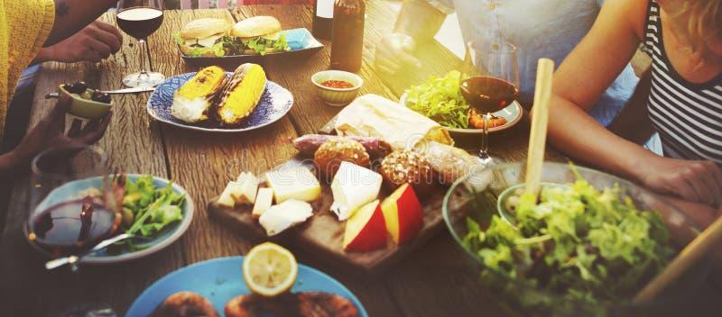 La spiaggia incoraggia il concetto della cena di divertimento dell'estate di amicizia della celebrazione fotografie stock