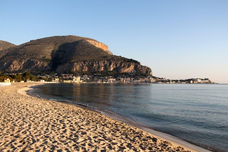 La spiaggia intera del mondello immagine stock libera da diritti