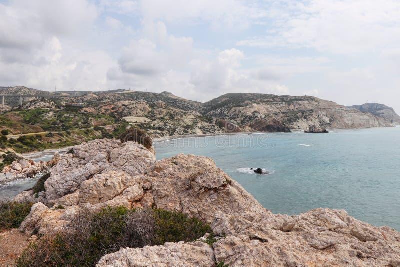 La spiaggia meravigliosa nel Cipro del sud ? nominata petra de romiou Vista da roccia sull'altra roccia summertime Tempo per la n immagini stock
