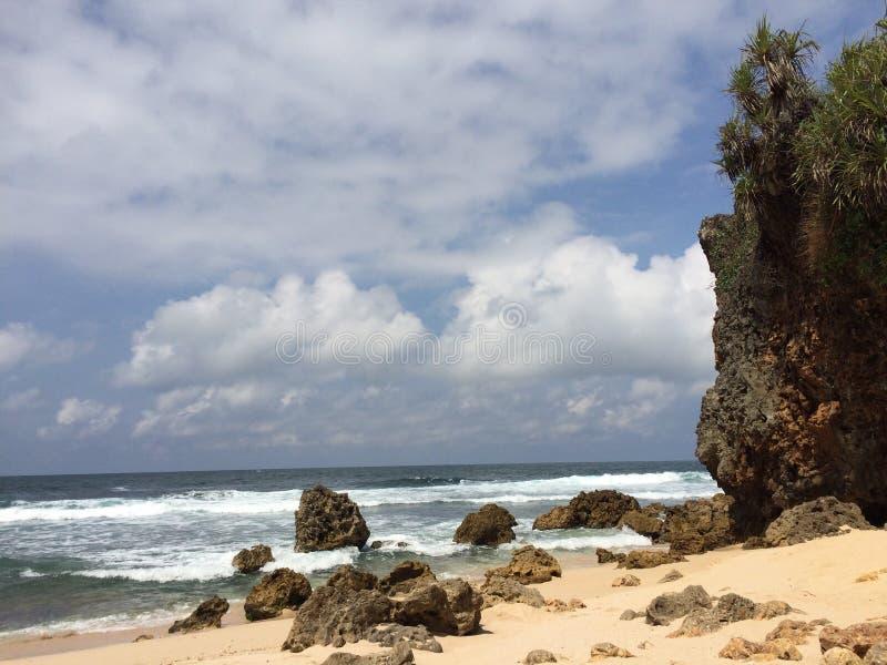 La spiaggia ngeden in Indonesia immagini stock libere da diritti