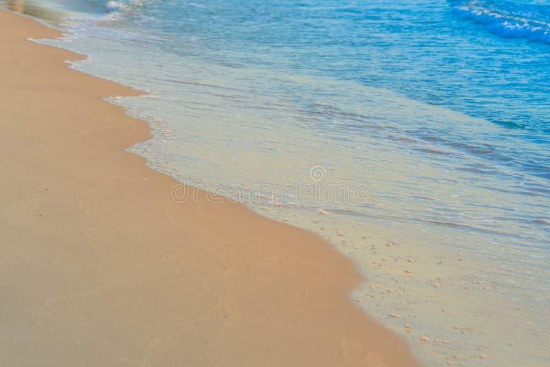 La spiaggia ondeggia su tempo del giorno della sabbia fotografia stock