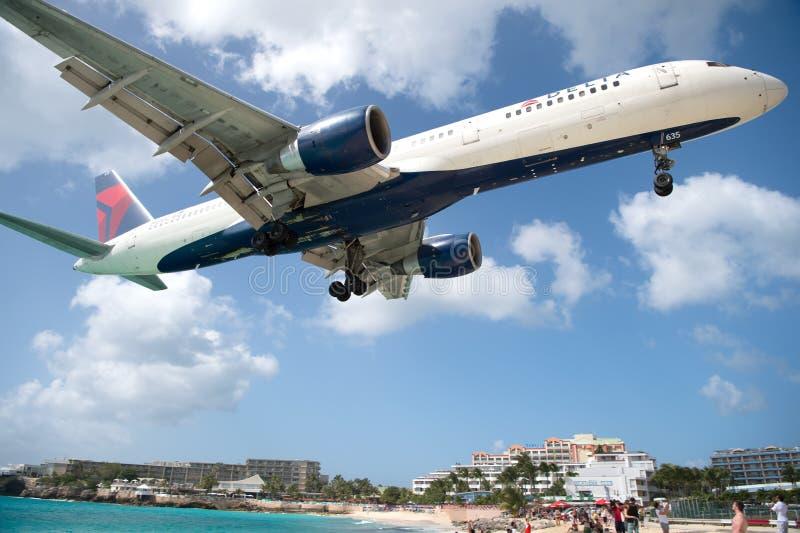La spiaggia osserva l'atterraggio di aeroplani basso di volo vicino a Maho Beach fotografia stock libera da diritti
