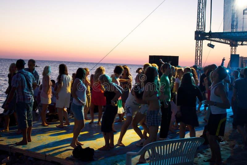 La spiaggia raffredda fuori la zona al festival di Positivus immagine stock