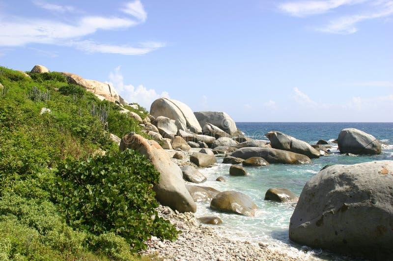 La spiaggia rocciosa dei bagni fotografia stock