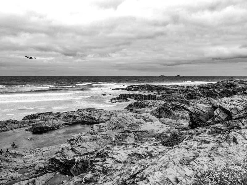 La spiaggia rocciosa di Bedruthan fa un passo in Cornovaglia - un punto di riferimento stupefacente alla costa della Cornovaglia immagine stock libera da diritti