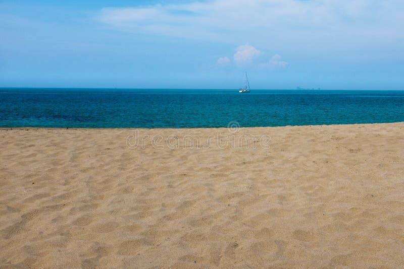 La spiaggia sabbiosa dorata sulla bella isola tailandese di Koh Lanta, un yacht solo nei precedenti immagine stock libera da diritti