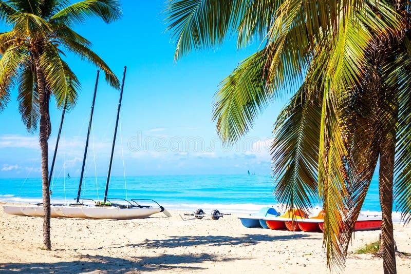 La spiaggia tropicale di Varadero in Cuba con le barche a vela e le palme un giorno di estate con acqua del turchese Priorità bas fotografie stock libere da diritti