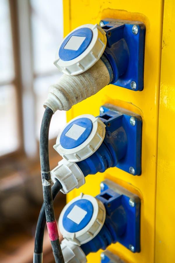 La spina di corrente ed il gabinetto elettrico con i connettori sta fornendo la e fotografia stock libera da diritti