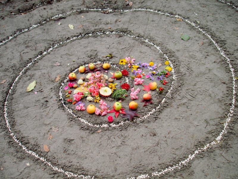 La spirale magique fonctionne à côté d'un lac, autel de wicca Religion païenne photos libres de droits