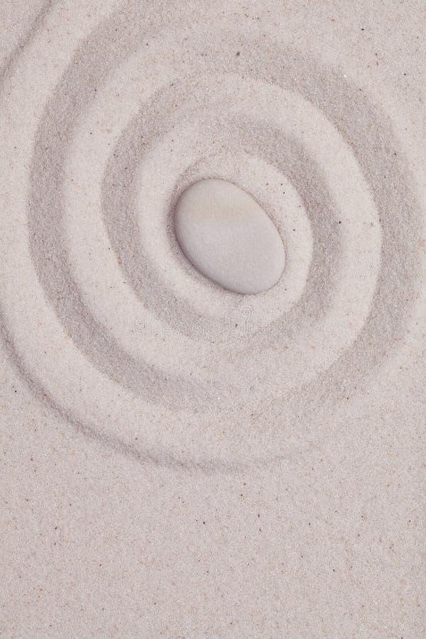 La spirale nel bianco insabbia con il ciottolo immagine stock libera da diritti