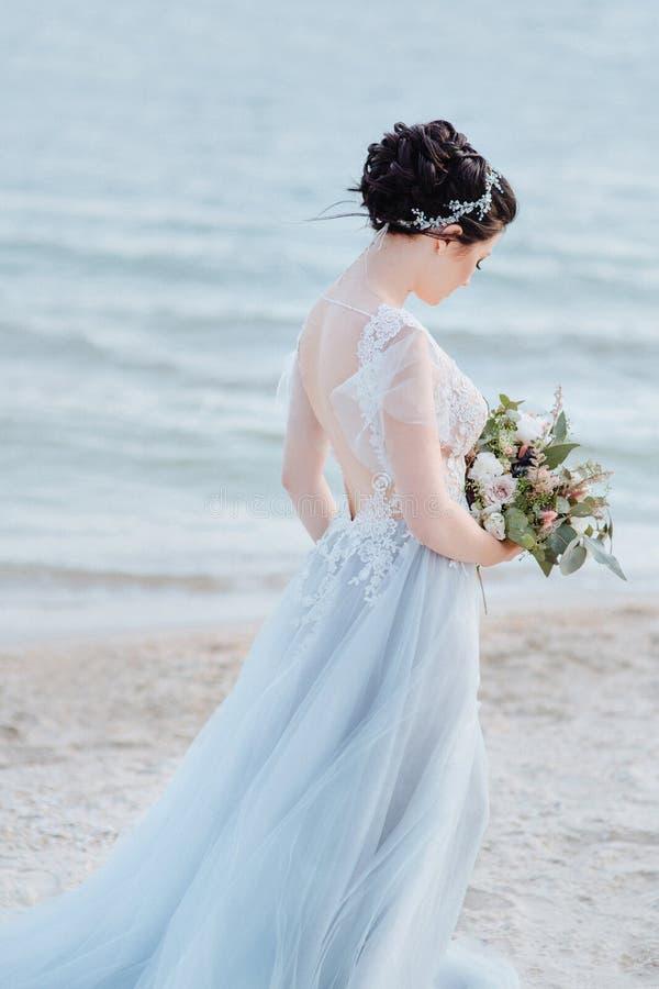 La sposa è bella come un angelo immagine stock