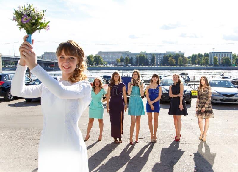 La sposa è pronta a gettare via il suo mazzo di nozze immagine stock libera da diritti
