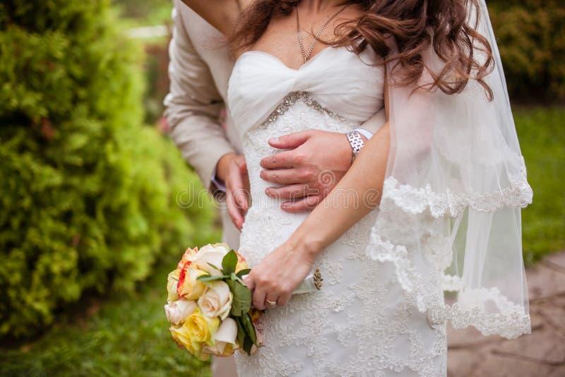 La sposa abbraccia la sposa fotografia stock