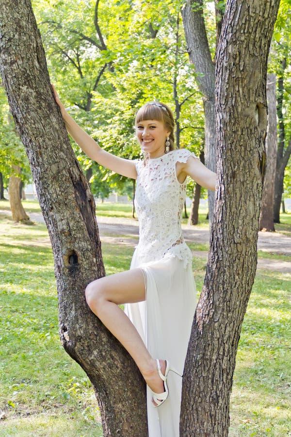 La sposa con la gamba nuda ha piegato al ginocchio fotografie stock