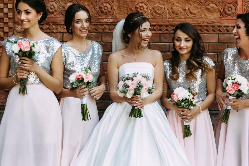 La sposa con le damigelle d'onore nello splendere si veste immagini stock libere da diritti