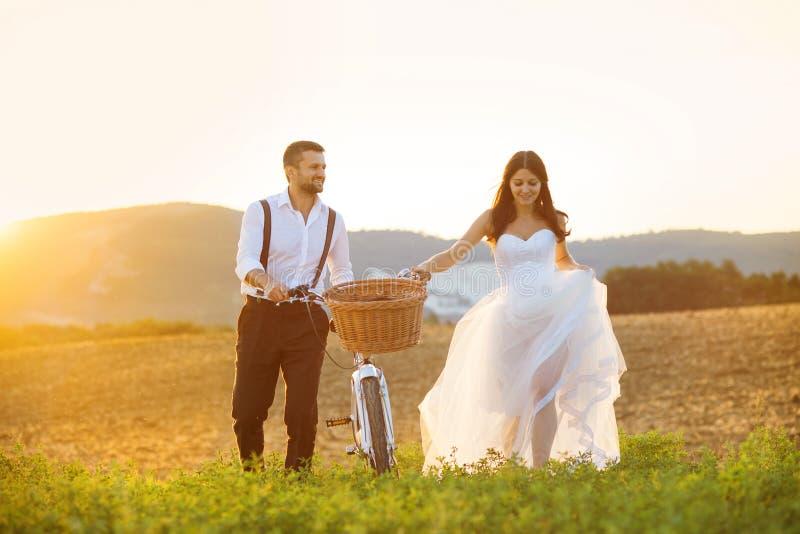 La sposa e lo sposo con le nozze bianche bike immagini stock