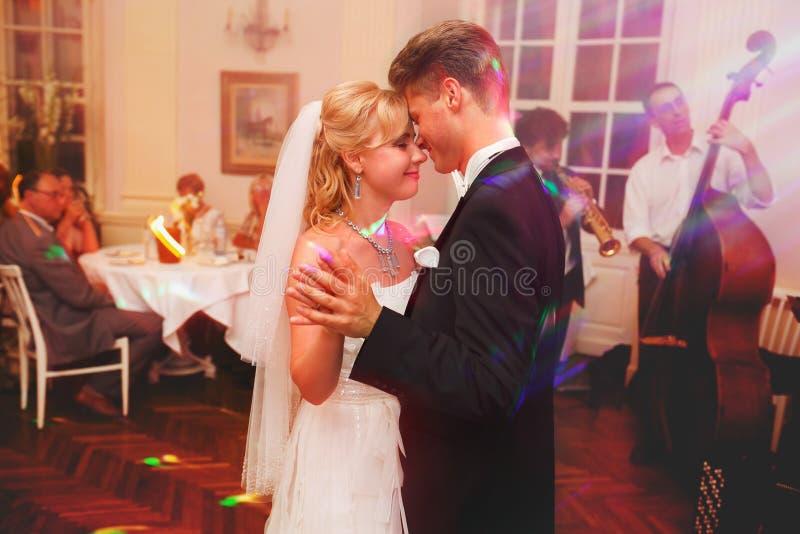 La sposa e lo sposo fantasticano durante il ballo nel corridoio del ristorante immagini stock libere da diritti