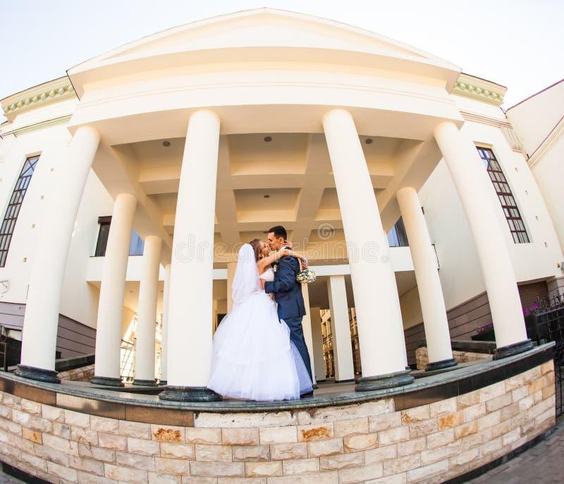 La sposa e lo sposo felici alla cerimonia nuziale camminano immagine stock