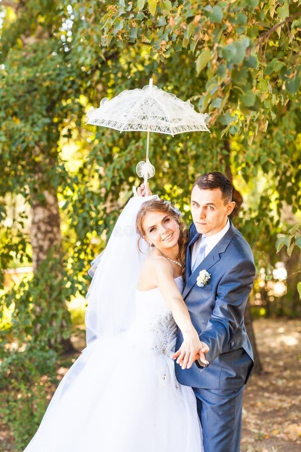 La sposa e lo sposo felici alla cerimonia nuziale camminano fotografie stock libere da diritti