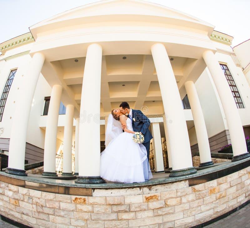 La sposa e lo sposo felici alla cerimonia nuziale camminano immagini stock libere da diritti