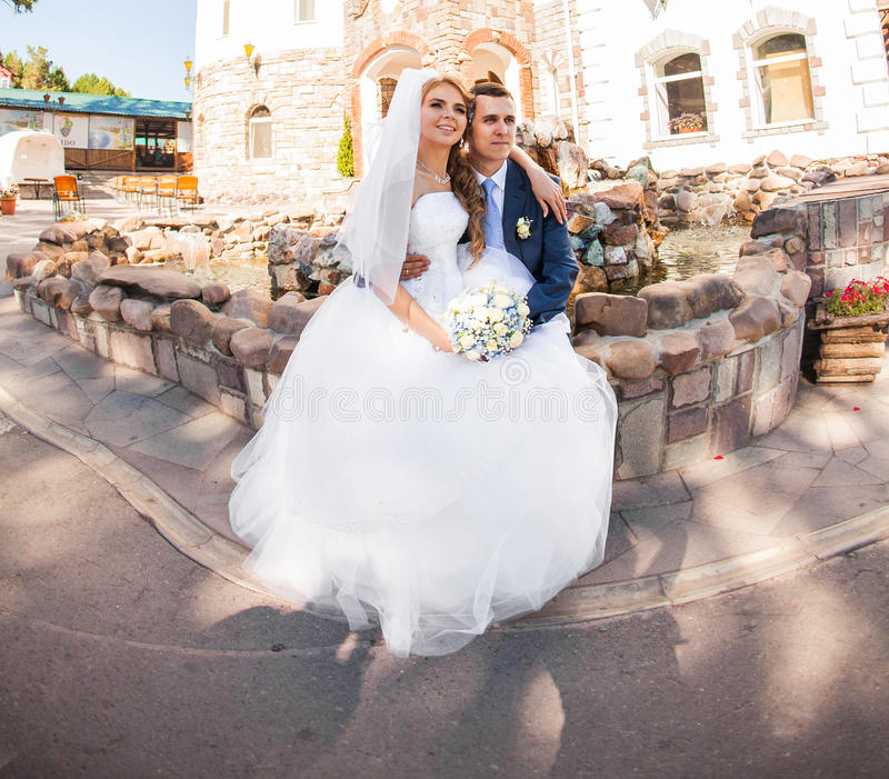 La sposa e lo sposo felici alla cerimonia nuziale camminano immagini stock