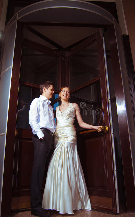 La sposa e lo sposo felici alle nozze camminano fotografia stock