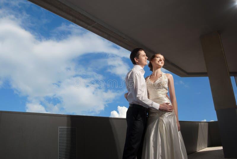 La sposa e lo sposo felici alle nozze camminano immagini stock